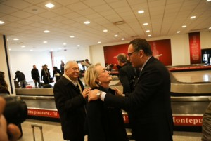 Alessandrini accoglie i passeggeri del volo di Parigi