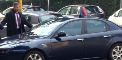 Dalfy con auto blu